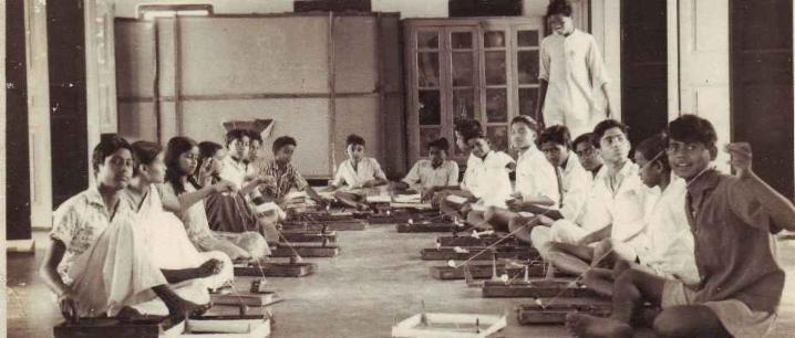 1965 - Students spinning cotton